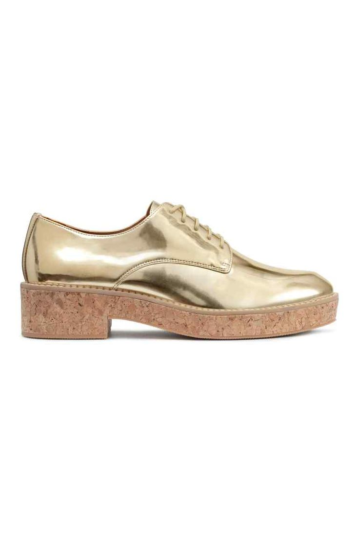 Platform shoes : Lace-up platform shoes in imitation leather with a gold-coloured metallic finish, a contrasting-colour seam around the top of the soles, imitation leather linings and insoles and rubber soles with an imitation cork covering. Platform front 2 cm, heel 4 cm.