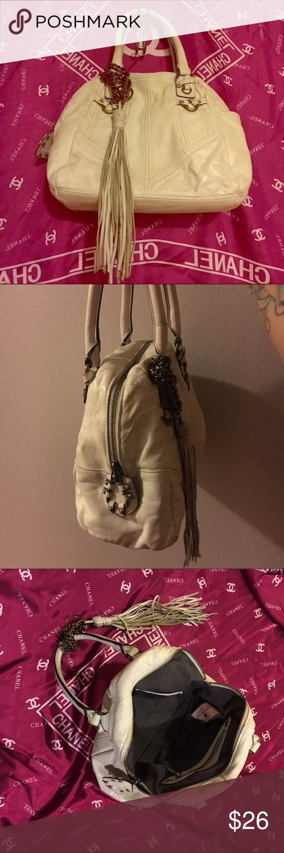 👛JUICY COUTURE off-white tassel handbag🌂 In great shape! Juicy C. Off white medium handbag! exterior has brass chain and large tassel. Grey inside, very well taken care of. Bought over a year ago, no smoke no pet home. Enjoy!!😃💟 Juicy Couture Bags Totes