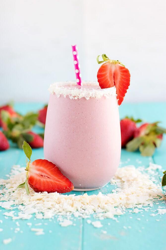 Vegan Strawberry Coconut Protein Shake // Drinkable and healthy strawberry pie that helps burn fat, anyone?   The Green Loot #vegan #protein #weightloss