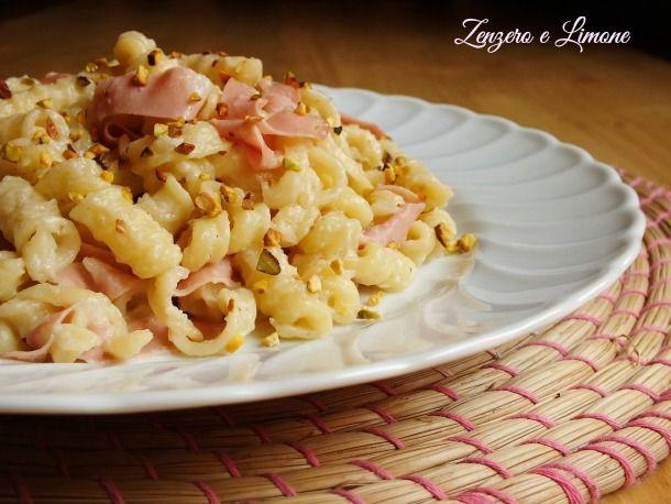 pasta con crema di topinambur: granella di pistacchio, panna fresca, alloro, timo, mortadella a fette sottili, brodo vegetale
