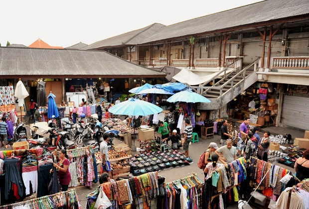 This local market is located in the central of Ubud. This is a very popular Souvenir market for tourists.     www.travelling-bali.com
