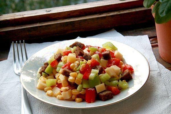 """""""Пёстрый"""" салат из перца, сыра и кукурузы  Ингредиенты:  ●Хлеб ржаной-200 г ●Чеснок дольки-2 шт. ●Оливковое масл-40 мл ●Перец сладкий зеленый-2 шт. ●Перец сладкий красный (паприка)-2 шт. ●Маасдам сыр-200 г ●Кукуруза консервированая-250 г  Приготовление:  Нарезаем небольшими (1см х 1см) кубиками мякоть черного хлеба, мелко шинкуем чеснок и подсушиваем все на медленном огне в оливковом масле минут 10. Кубиками рубим красный и зеленый перец. Сыр... тоже кубиками :) Выкладываем все ингредиенты…"""