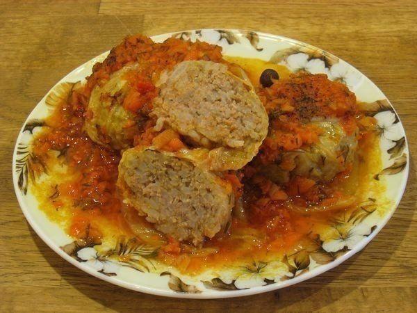 Голубцы из пекинской капусты в духовке    капуста пекинская - 14 листов;  фарш(говядина+свинина) - 500 г;  рис(басматти) - 10 ст.л;  подсолнечное масло - для жарки;  лук - 1 ср.шт;  морковь - 1 бол.шт;  томат - 0,5 л;  вода - если нужно;  соль и специи - по вкусу;  сахар - 1 ст.л или по вкусу;  зелень- по желанию.    Нам этого количества хватило примерно на 3 порции в качество основного и единственного блюда.    В морозилке у меня лежал готовый фарш(из Метро), который я заранее разморозила…