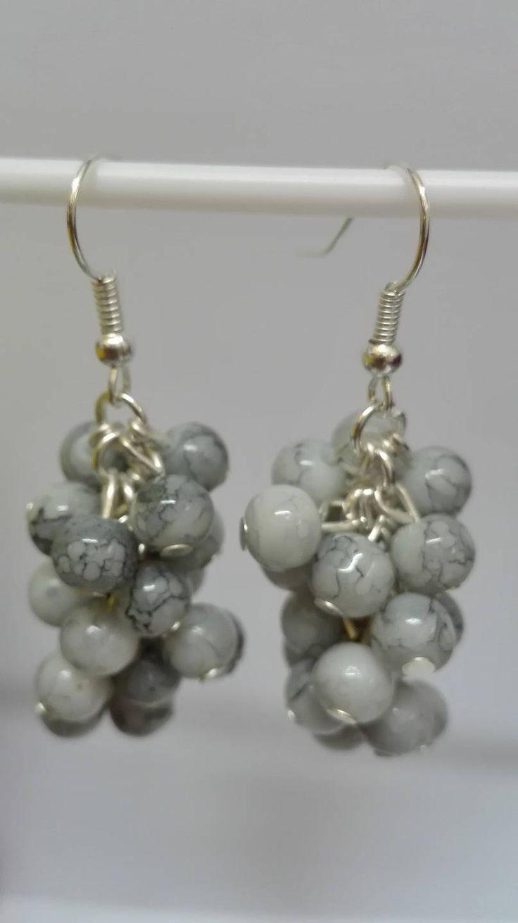 Boucles d'oreilles pendantes argentées grappes perles grises marbrées 5 cm de la boutique DeessesEtNymphes sur Etsy