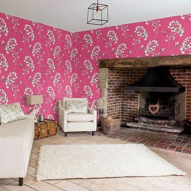 Розовые обои и текстиль из одной коллекции.
