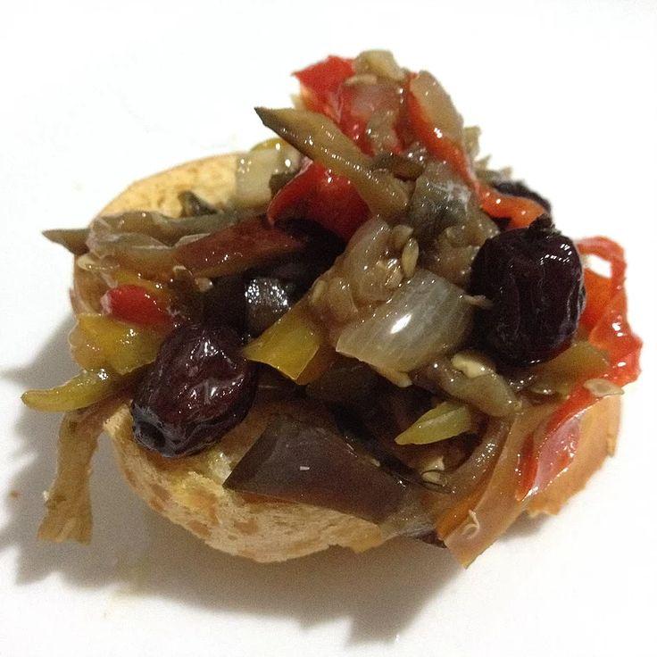 Ingredientes:  - 3 berinjelas médias com casca;  - 1 pimentão vermelho médio;  - 1 pimentão amarelo médio;  - 1 pimentão verde médio;  - 2 cebolas médi