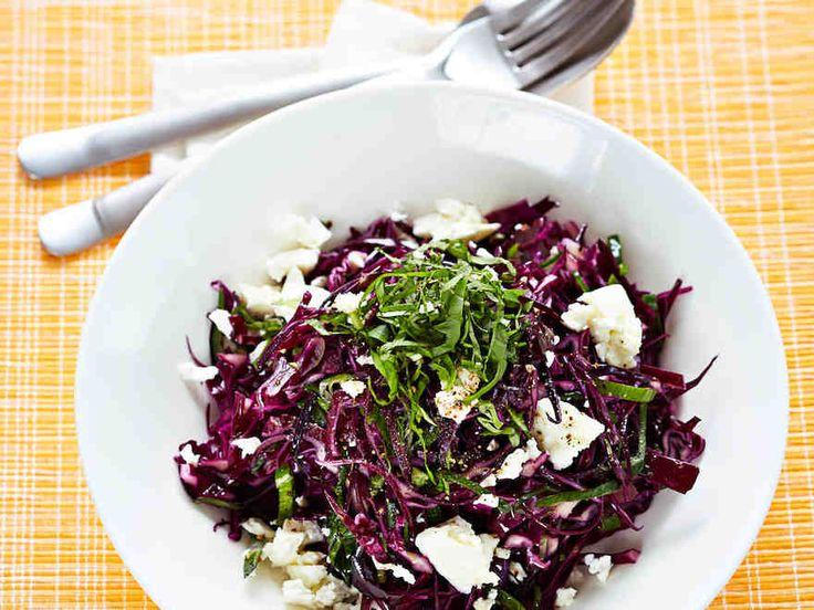 Maukas salaatti syntyy tuoreesta punakaalista ja mehevästä fetajuustosta. http://www.yhteishyva.fi/ruoka-ja-reseptit/reseptit/punakaali-fetasalaatti/014232