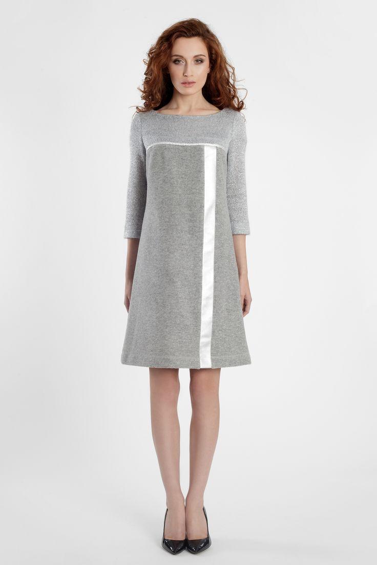 Cieniutka wełna - sukienka jest zarazem wygodna i ciepła.  Modny pasek z ekoskóry biegnący wzdłuż.