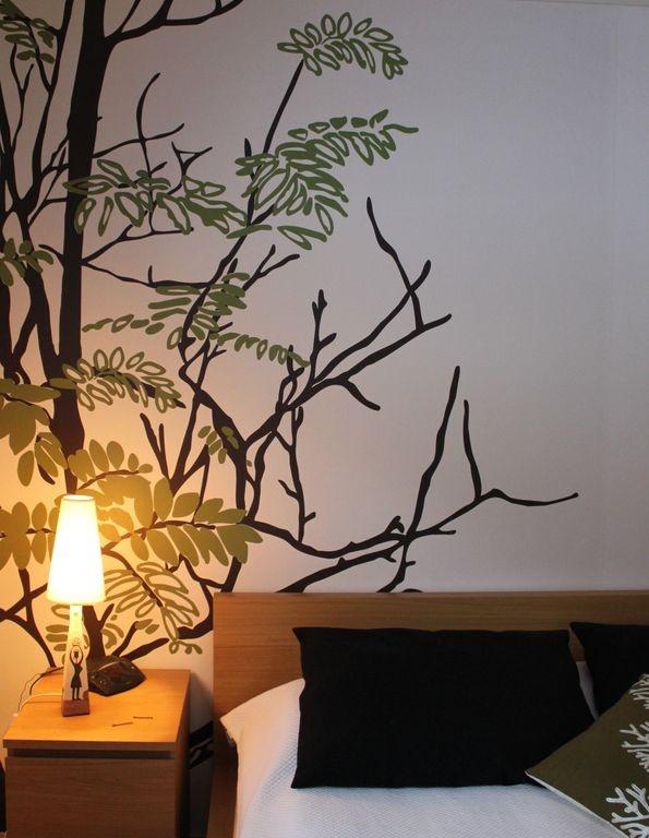 Valkoista seinää voi elävöittää omalla maalauksella.