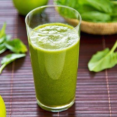 Grüner Smoothie mit Apfel, Banane, Spinat und Ingwer