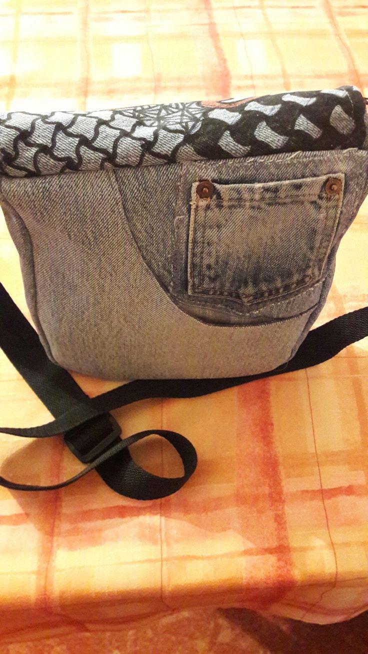 Taška s kreslenou klopou a zapínáním na zip