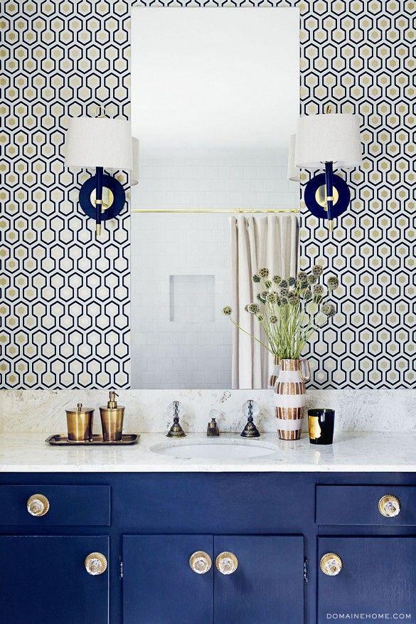 Une jolie teinte de bleu pour un meuble de salle de bains très chic