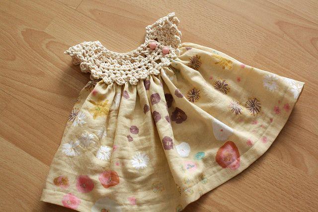 Vestidinho delicado em tecido com pala em crochê