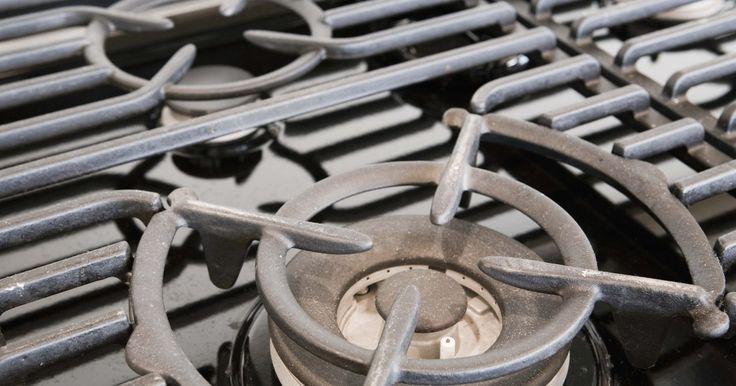 Como consertar a ignição elétrica de um fogão a gás. Os fogões a gás geralmente têm um sistema de ignição elétrica. Isso proporciona uma descarga para o fornecimento de gás que sai das chamas. Um interruptor pequeno na parte frontal do forno, ou os próprios painéis de controle de gás, ativam a ignição de descarga elétrica. Se o sistema tiver uma fiação ruim ou um fusível queimado, o forno não ...