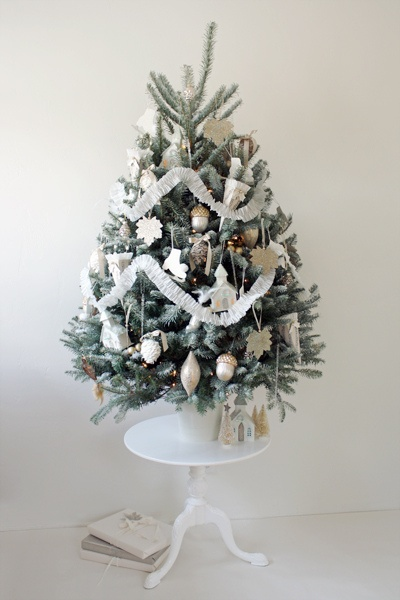 White Christmas tree & decorations