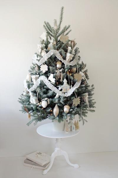 White Christmas tree & decorations