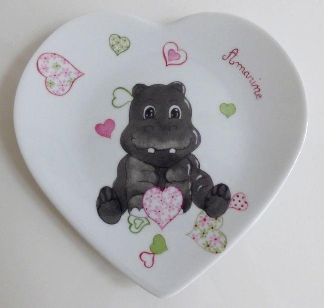 assiette porcelaine cadeau de naissance, décor hippopotame et cœur fleuri