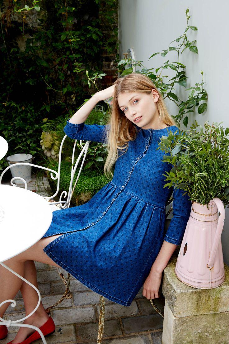 """Comme vous l'aimez <a title=""""Robe Marie Jeanne en jean"""" href=""""http://www.balzac-paris.fr/produit/robe-marie-jeanne/"""" target=""""_blank"""">notre Marie-Jeanne</a>, vous avez été unanimes : elle sera vôtre ! c'est ainsi qu'elle se décline dans ce tissu en jean à pois. Nous avons toutes besoin dans nos placards de cette robe qui se porte de jour comme de soir, avec des baskets ou des talons... Et qui donne une dégaine en un clin d'œil. La longueur de notre Marie-Jeanne traversera les saisons et…"""