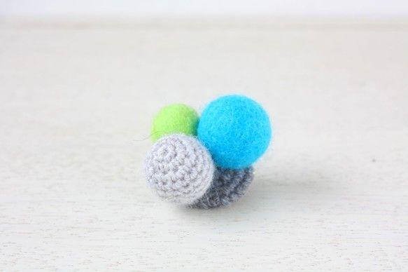 細いウールの糸で編んだボールとフエルトボールを組み合わせたブローチです。胸元に付けるのはもちろんバッグや帽子などに付けても可愛いと思います。いつもの洋服やバッ...|ハンドメイド、手作り、手仕事品の通販・販売・購入ならCreema。