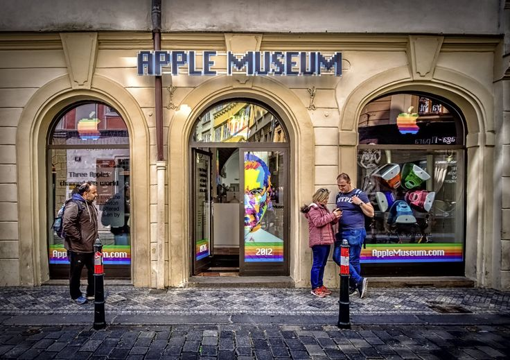 https://flic.kr/p/TPd8fN | Apple Museum in Prague | Is this is still a museum or a tribute to creators of new society where virtual reality is just as important as 'normal' reality? I'm sure that the couple with smartphone knows best!