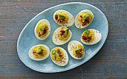 Ovos cozidos com bacon e abacate verde
