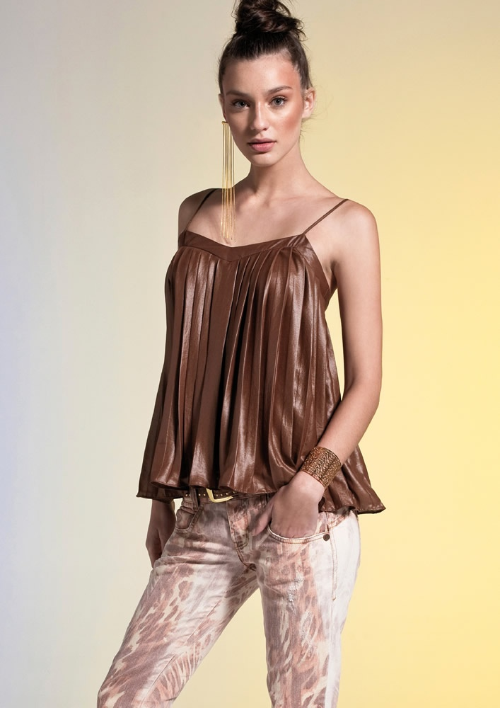 SWEET SHIRT   Blusa plissada REF.: 10000102037 calça sarja estampa exclusiva REF.: 10000200837 Brinco franjas de correntes REF.: 10000300739