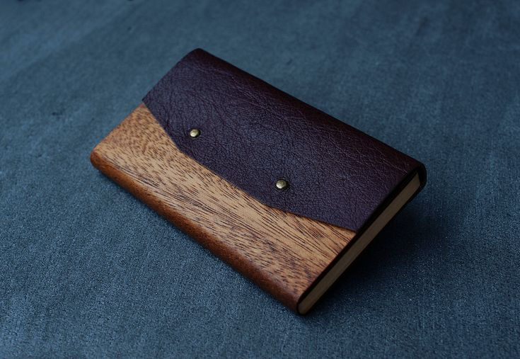 B L A Z E R - is... – the world`s thinnest wallets (fits in every pocket) – 100% NATURAL materials - exotic wood & leather – unique and comfortable to use design This model is made from thin pieces of mahogany and Beech wood with genuine italian leather top. I manually sand it to