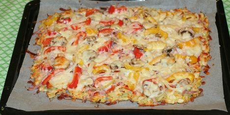 I denne paleo pizza er den traditionelle pizzabund skiftet ud med en bund af finthakket kål, rodfrugter og æg. Det gør pizzaen meget sundere, og den mætter også mere.