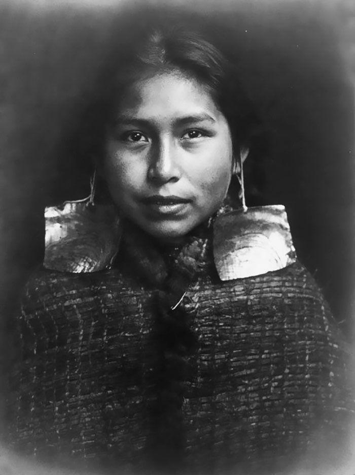 Fille Tsawatenok, 1914, par Edward Curtis « Un peuple n'est pas vaincu tant que le cœur de ses femmes est sur le terrain. » – proverbe Cheyenne