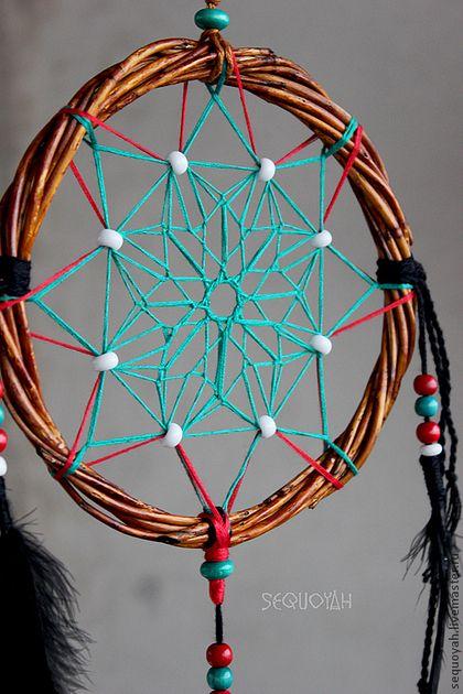 Купить или заказать Ловец снов 'Легенда атапаски' в интернет-магазине на Ярмарке Мастеров. Ловец снов - это древний талисман. По легендам индейцев он защищает спящего от плохих снов и злых духов, задерживает плохие сновидения в паутине. По легендам (племен лакота и оджибве) для Ловца снов плели прочный круг из ивовых прутьев. Круглая форма Ловца снов символизирует ежедневное путешествие Солнца по небу, количество мест, где паутина соединяется с обручем равно восьми - это означает восемь ног…