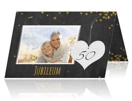 Een moderne jubileumuitnodiging 50 jaar getrouwd met goudkleurige sterren,een wit papieren hart,en een foto op een krijtbord achtergrond. (4984)