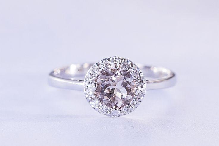 Zásnubní prsten z bílého zlata s morganitem a diamanty.  #klenotnictvipraha  #zlatnictvipraha  #sperky  #prsteny  #diamanty  #diamantoveprsteny  #zasnubni   #svatba  #engagement  #morganit  #klenotacz