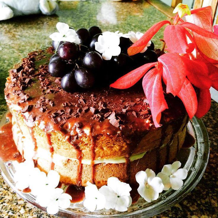 Naked cake de pão de ló sem glúten, recheio de creme com cream cheese e cobertura de ganache de chocolate 70%cacau.