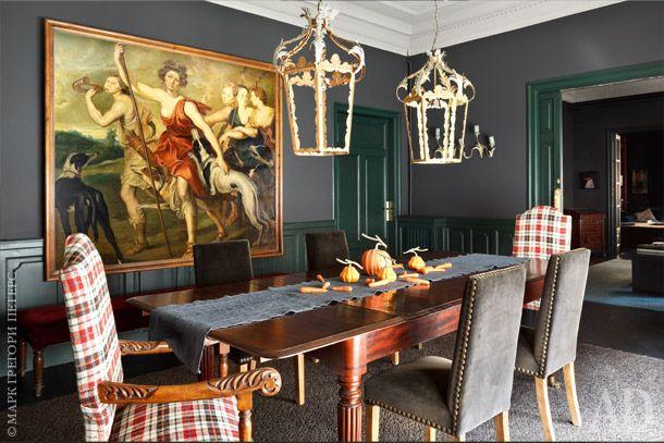 """Столовая. Обеденный стол унаследован хозяевами от родственников. Репродукция картины Рубенса """"Диана-охотница"""" сделана копиистом музея Прадо."""