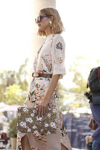 Street Style PFW by LeoFaria @streetstylemood vestido estampado floral, bolsa floral, Candela Novembre