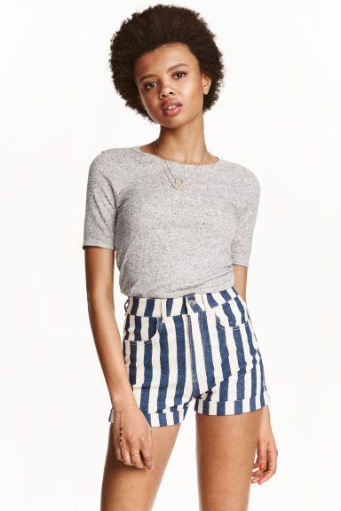 Shorts in twill High waist: Shorts in twill elasticizzato, modello corto. Vita alta. Tasche davanti e dietro, risvolti cuciti a fondo gamba.