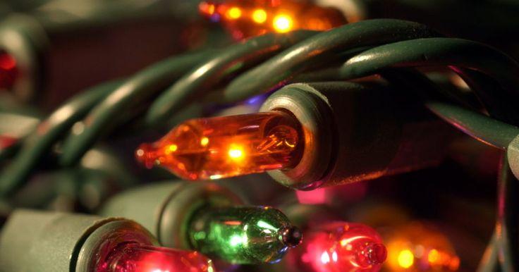 Como fazer um bloco de vidro iluminado de Natal. Blocos de vidro servem de base ideal para o artesanato de Natal, pois se assemelham a cubos de gelo decorados. A única diferença é que esses cubos não derretem. Decore o exterior do bloco, em seguida, ilumine o vidro transparente, colocando uma fita de luz de Natal clara ou multicolorida dentro do bloco. Traga calor para os dias frios de inverno, ...