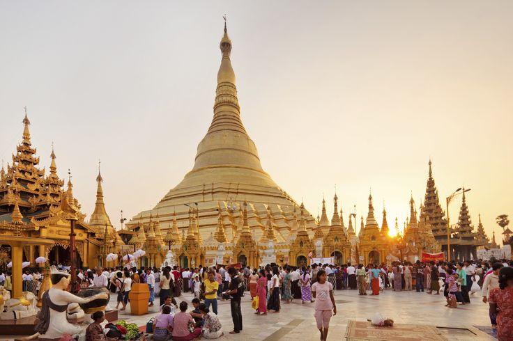 Yangon på mange måder en usædvanlig by: der er ingen skyskrabere og byen er meget grøn og har mange skyggefulde træer – også nogle meget gamle teaktræer.  Byen er blot ca. 150 år gammel og har den særlige charme, der opstår når kolonitidsbygninger og kirker blandes med hindu templer, buddhistiske stupaer og muslimske moskéer, og man sluttelig tilsætter en pragtfuld befolkning på ca. 6 mio.