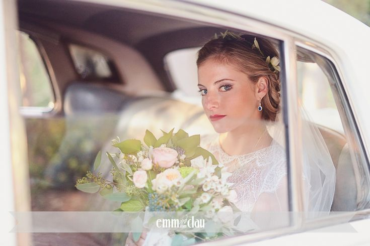 Destination wedding in Italy, Tuscany, Florence Wedding Dress by Anna Campbell Lovely bride in Tuscany Wedding at the Castle (Castello di Vincigliata Firenze)  Romantic wedding in Tuscany Big flower wedding bouquet Lace wedding dress Old wedding car