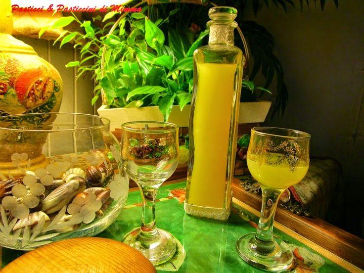 Da: Pasticci & Pasticcini di Mimma Morana  I rosoli sono gli antesignani dei liquori. Casalinghi, racchiudono nel loro abbraccio alcoolico qualsi