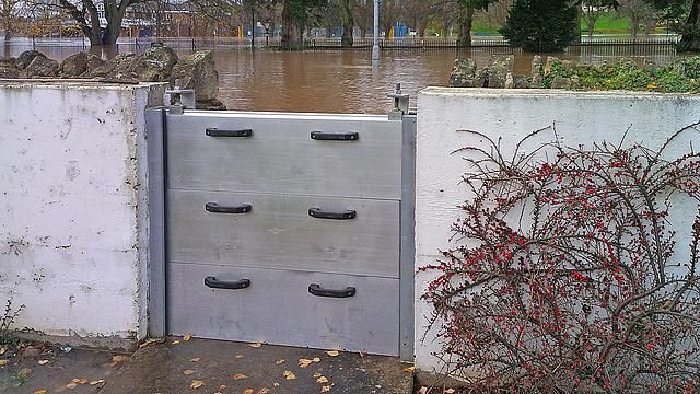 This demountable (i.e. removable) slot-in flood barrier is protecting a residential area against ... / Credits: Flood Control International