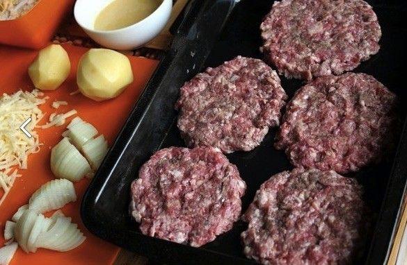 Další skvělý tip na chutný oběd z jednoho pekáče. Nemusíte špinit mnoho kuchyňských misek, hrnců ani kuchyňských pomůcek. Stačí, když si všechny suroviny nakrájíte, nastrouháte, narstvíte na sebe na pekáček a dáte zapéct. Dokonce navrstvené maso můžete použít i do housek a připravíte si tak chutný domácí hamburger.