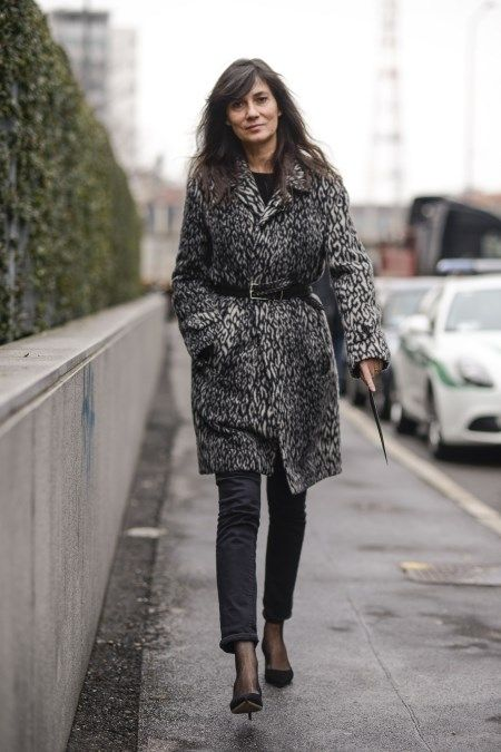 Młoda kobieta w jesiennej stylizacji z płaszczem w animalistyczny print.