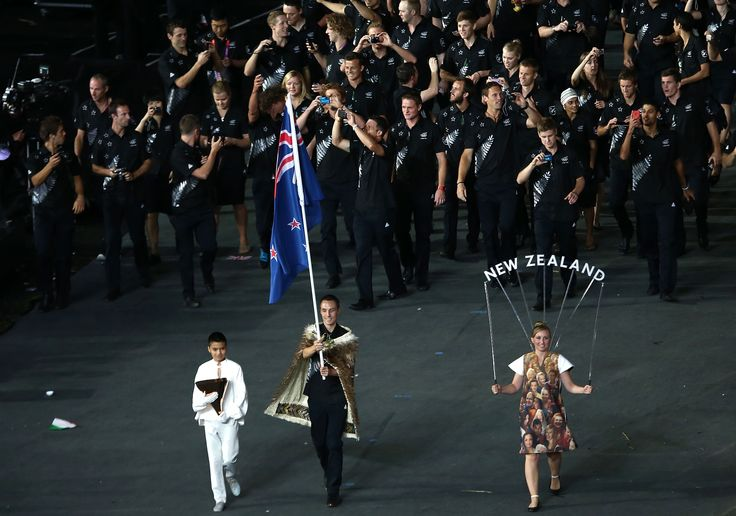 Nick Willis carries NZ Flag (c) Getty Images