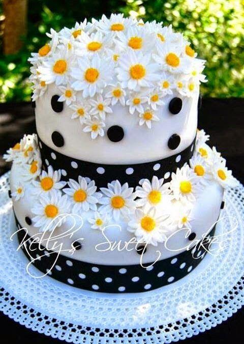 Bolo decorado preto e branco com flores