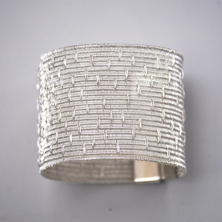 "Bracelet | LILIA BREYTER-AR ""Colección Texturas"". With refined strands of fine silver she obtains different textures, soft as silk and resistant and permanent as the noble metal she weaves"