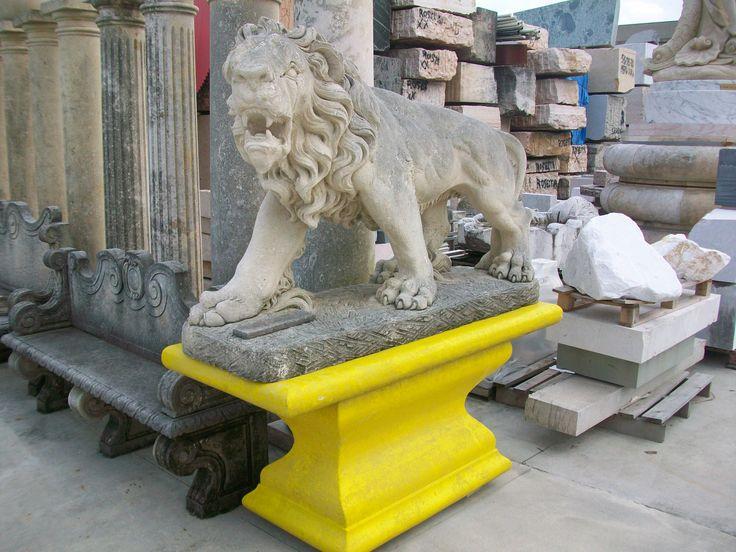Leone in pietra - http://www.achillegrassi.com/it/project/leone-in-pietra/ - Sublime realizzazione, in Pietra bianca del Palladio, di una scultura rappresentata da un leone ruggente posto sopra un basamento sagomato in Pietra bianca colorata di giallo. Da notare l'estrema cura dei dettagli della scultura di leone, sapientemente realizzati dai nostri abili scalpellini.  Dimensioni:  Basamento  165cm x 70cm x 75cm (H)  Leone  180cm x 50cm x 110cm (H)