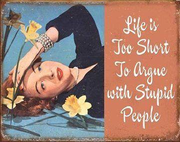 Život je příliš krátký na to, hádat se s hloupými lidmi. Life is Short to Argue -  plechová cedule