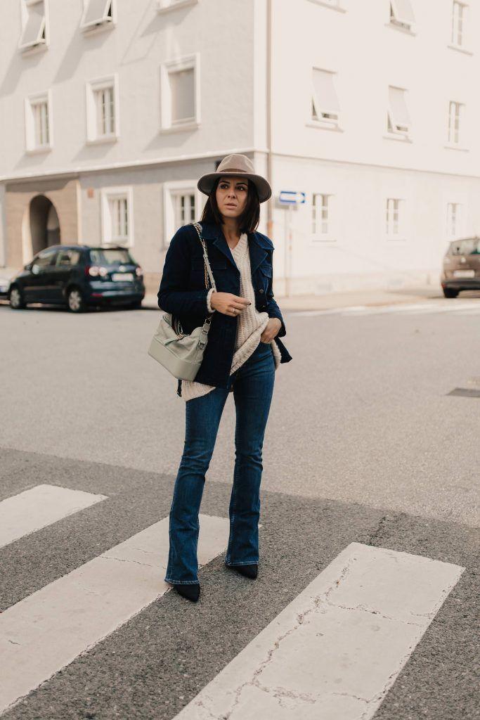 Denim on Denim: flared Jeans kombinieren mit Jeansmantel ...
