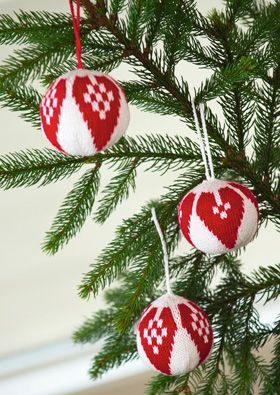Der går ikke så meget garn til de festlige julekugler – og du kan sagtens nå at strikke et par stykker før juleaften